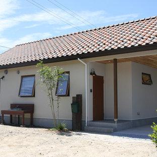 Inspiration för ett shabby chic-inspirerat beige hus, med allt i ett plan, sadeltak och tak med takplattor