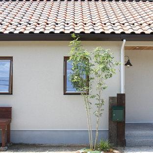 他の地域のシャビーシック調のおしゃれな平屋 (ベージュの外壁、切妻屋根、戸建、瓦屋根) の写真