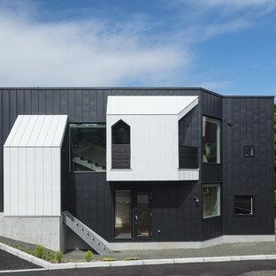 札幌のモダンスタイルのおしゃれな家の外観 (黒い外壁) の写真