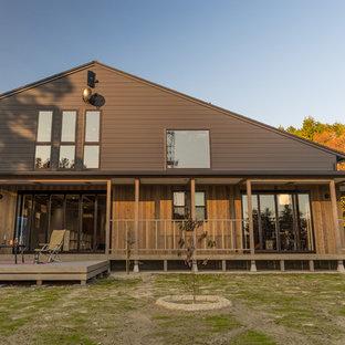 他の地域のカントリー風おしゃれな切妻屋根の家 (茶色い外壁) の写真