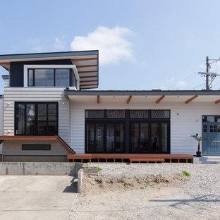 他の地域のビーチスタイルのおしゃれな家の外観 (メタルサイディング、片流れ屋根、戸建、金属屋根) の写真
