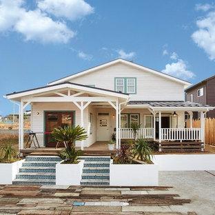 他の地域のトロピカルスタイルのおしゃれな白い家 (木材サイディング、切妻屋根) の写真