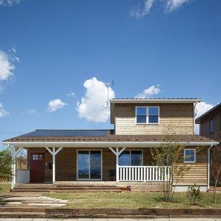 他の地域のカントリー風おしゃれな家の外観 (木材サイディング、茶色い外壁、切妻屋根) の写真