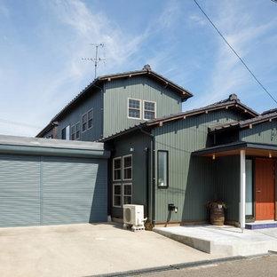 他の地域のアジアンスタイルのおしゃれな家の外観 (木材サイディング、緑の外壁) の写真