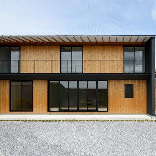 他の地域のコンテンポラリースタイルのおしゃれな家の外観 (黒い外壁、木材サイディング) の写真