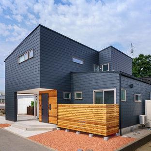 他の地域の中くらいのコンテンポラリースタイルのおしゃれな家の外観 (メタルサイディング、黒い外壁) の写真