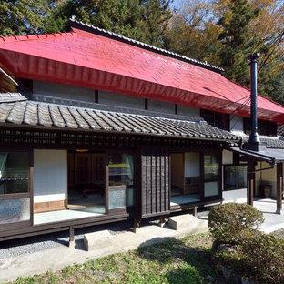 他の地域のアジアンスタイルのおしゃれな家の外観 (茶色い外壁、切妻屋根) の写真