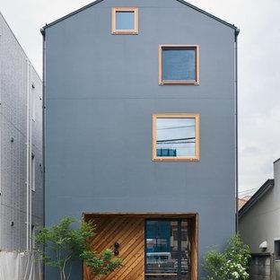 東京都下の小さいモダンスタイルのおしゃれな家の外観 (グレーの外壁) の写真