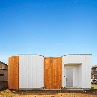他の地域, のモダンスタイルのおしゃれな白い家 (陸屋根) の写真