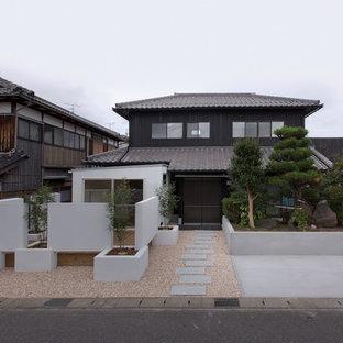 他の地域のアジアンスタイルの二階建て住宅の画像 (木材サイディング、黒い外壁、寄棟屋根)