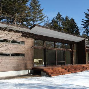 他の地域のコンテンポラリースタイルのおしゃれな家の外観 (木材サイディング、茶色い外壁) の写真