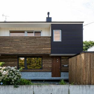札幌のアジアンスタイルのおしゃれな家の外観 (マルチカラーの外壁、陸屋根) の写真