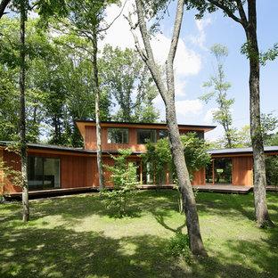 他の地域のコンテンポラリースタイルのおしゃれな家の外観 (茶色い外壁) の写真