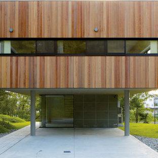 他の地域のモダンスタイルのおしゃれな家の外観 (混合材サイディング、茶色い外壁) の写真