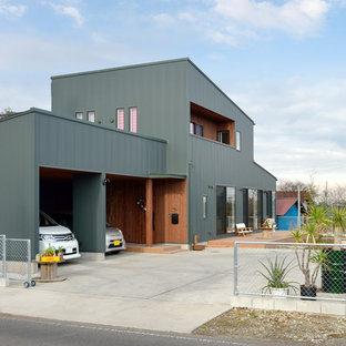 他の地域の中くらいのインダストリアルスタイルのおしゃれな家の外観 (緑の外壁) の写真