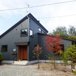 他の地域のコンテンポラリースタイルのおしゃれな家の外観 (黒い外壁、片流れ屋根) の写真