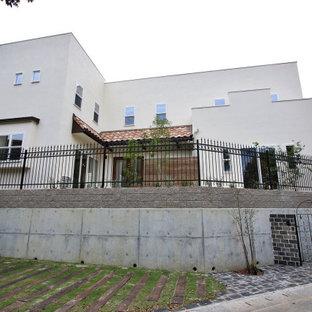 Idéer för att renovera ett stort funkis vitt hus, med två våningar, stuckatur, platt tak och tak i metall