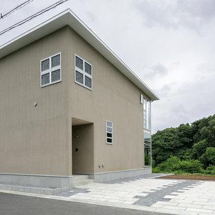 他の地域の小さいモダンスタイルのおしゃれな家の外観 (ベージュの外壁) の写真