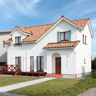 Foto de fachada de casa blanca, mediterránea, pequeña, con revestimiento de estuco, tejado de teja de barro y tejado a dos aguas