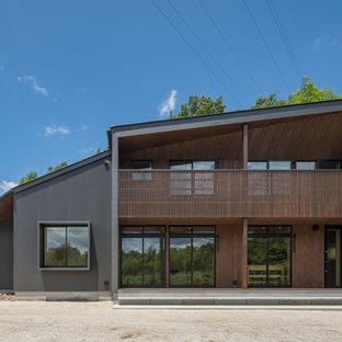 他の地域のモダンスタイルのおしゃれな住宅の外観 (黒い外壁、片流れ屋根) の写真