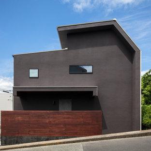 他の地域のコンテンポラリースタイルのおしゃれな家の外観 (グレーの外壁) の写真