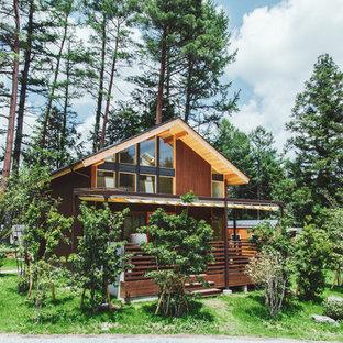 他の地域のカントリー風おしゃれな家の外観 (木材サイディング、茶色い外壁、切妻屋根、戸建) の写真
