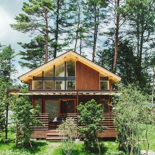 他の地域の小さいカントリー風おしゃれな切妻屋根の家 (木材サイディング、茶色い外壁) の写真