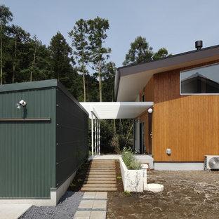 Diseño de fachada marrón, retro, de dos plantas, con revestimiento de madera y tejado a la holandesa