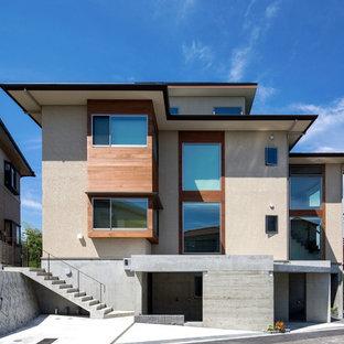 他の地域のアジアンスタイルのおしゃれな家の外観 (漆喰サイディング、ベージュの外壁) の写真