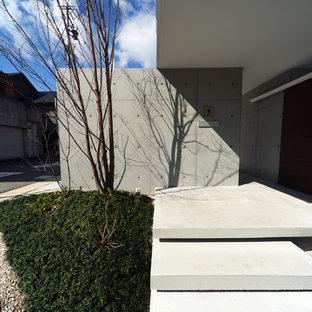 Foto de fachada de casa blanca, de estilo zen, de tamaño medio, a niveles, con tejado plano y tejado de metal