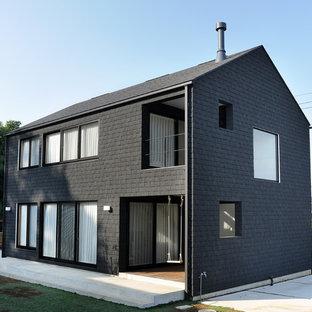 他の地域のアジアンスタイルのおしゃれな家の外観 (黒い外壁) の写真
