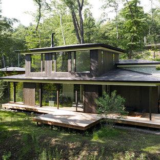 他の地域のモダンスタイルのおしゃれな家の外観 (木材サイディング、黒い外壁) の写真