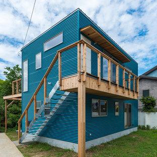 他の地域のコンテンポラリースタイルのおしゃれな二階建ての家 (青い外壁、陸屋根) の写真