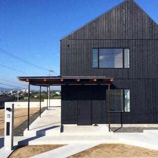 他の地域のラスティックスタイルのおしゃれな二階建ての家 (黒い外壁、切妻屋根) の写真