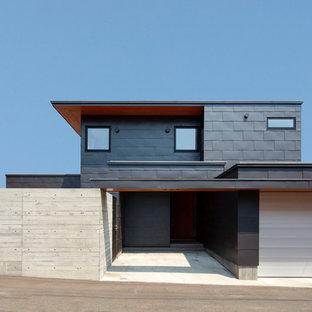 札幌のコンテンポラリースタイルのおしゃれな家の外観 (グレーの外壁) の写真