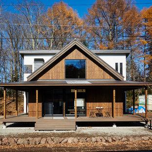 他の地域の小さいアジアンスタイルのおしゃれな家の外観 (茶色い外壁、木材サイディング) の写真