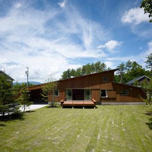 他の地域のアジアンスタイルのおしゃれな家の外観 (木材サイディング) の写真