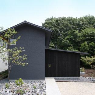 他の地域の中くらいのモダンスタイルのおしゃれな家の外観 (黒い外壁) の写真