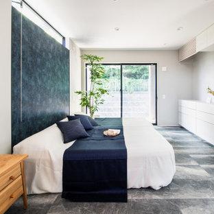 他の地域の中くらいのモダンスタイルのおしゃれな主寝室 (グレーの壁、クッションフロア、暖炉なし、グレーの床、クロスの天井、壁紙) のインテリア