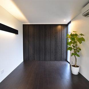 Идея дизайна: хозяйская спальня в стиле модернизм с белыми стенами, полом из фанеры и черным полом без камина
