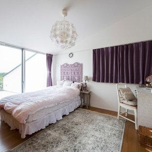 横浜のエクレクティックスタイルのおしゃれな寝室 (白い壁、無垢フローリング、茶色い床)