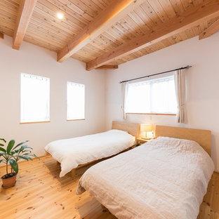 他の地域のアジアンスタイルのおしゃれな寝室 (白い壁、無垢フローリング、茶色い床) のインテリア