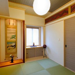 東京23区のトラディショナルスタイルのおしゃれな客用寝室 (ベージュの壁、畳、緑の床、クロスの天井) のインテリア
