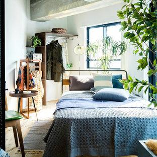 東京23区のインダストリアルスタイルのおしゃれな寝室 (白い壁、淡色無垢フローリング、ベージュの床) のレイアウト