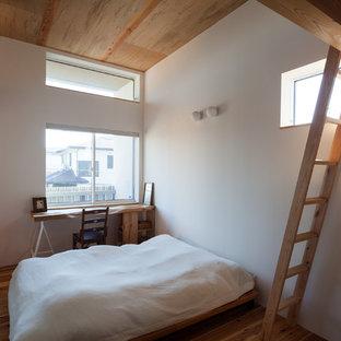 横浜の中くらいのコンテンポラリースタイルのおしゃれな主寝室 (白い壁、無垢フローリング) のインテリア