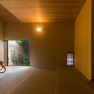 Immagine di una camera da letto etnica con pareti beige e pavimento in tatami
