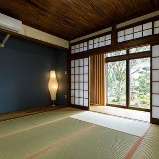 Inredning av ett asiatiskt gästrum, med blå väggar, tatamigolv och grönt golv