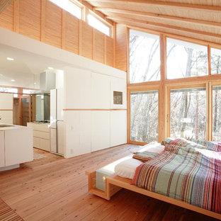 他の地域のコンテンポラリースタイルのおしゃれな寝室 (白い壁、無垢フローリング、茶色い床)