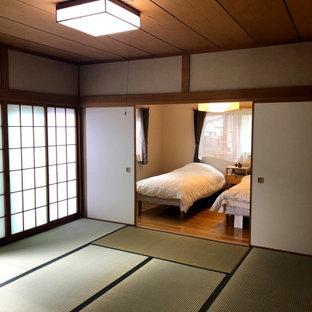 Kleines Asiatisches Gästezimmer ohne Kamin mit beiger Wandfarbe, Tatami-Boden, grünem Boden, Holzdecke und Tapetenwänden in Sonstige