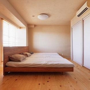 横浜のモダンスタイルのおしゃれな寝室 (ベージュの壁、淡色無垢フローリング、茶色い床) のインテリア